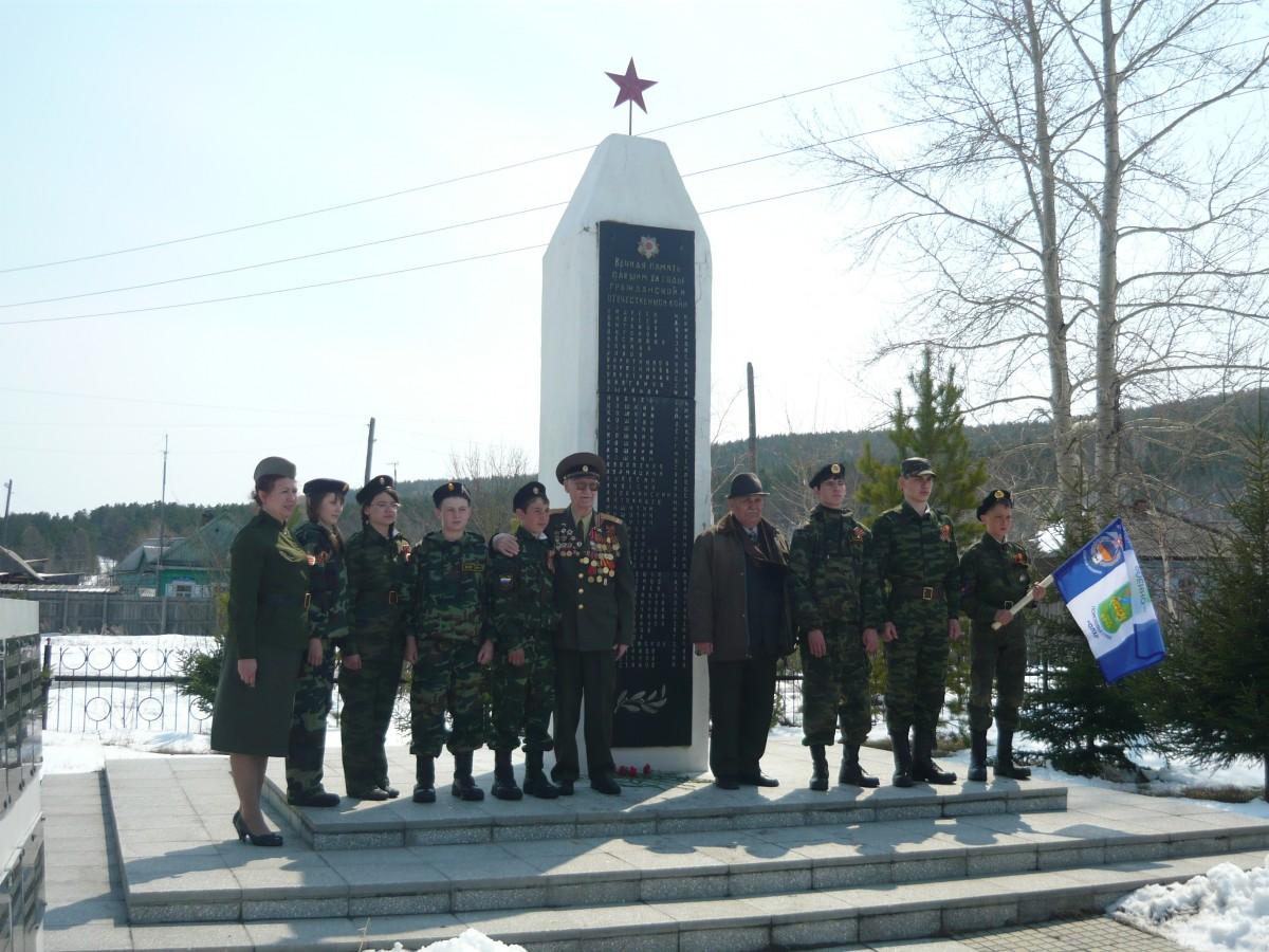 У обелиска памяти погибшим в годы войны жителям села Олха